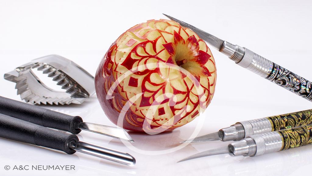 Apfel mit Schnitzmesser